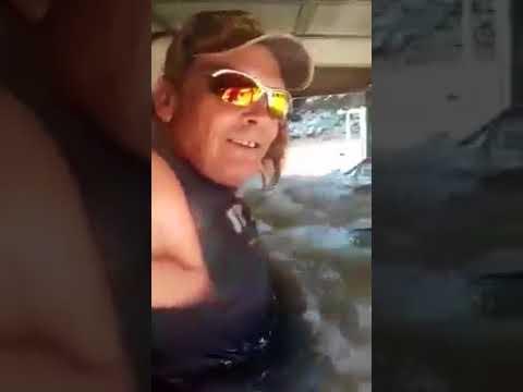 Техасские парни рассекают на грузовике по затопленным улицам