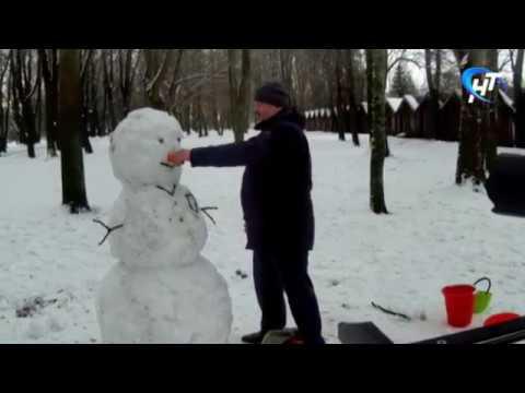 Новгородские чиновники катают снеговиков и строгают оливье для новогоднего клипа