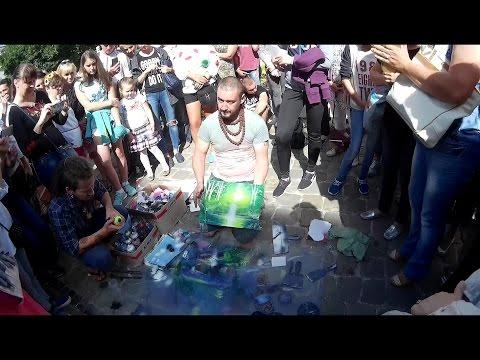Вуличний художник.Малюнок балончиками з фарбами.Львів - 2016.