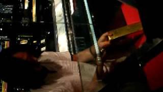 佐渡金山で金の延べ棒を箱の中から取り出す