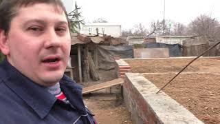Дешёвка 3, срезал дерево, проложил футляры под воду и начал кладку стен.  (3 серия