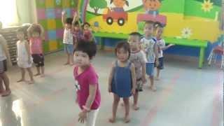 Các bé lớp 3 tuổi tập múa