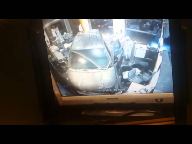 """لحظة إقتحام سيارة لأحد فروع """"موبايلي"""" في جدة"""