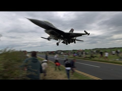 F-16戰機「讓觀眾嚇到閃尿的超驚人飛行」!