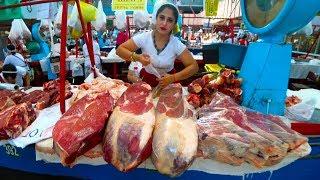Иностранец Пробует Еду на Рынке Казахстана