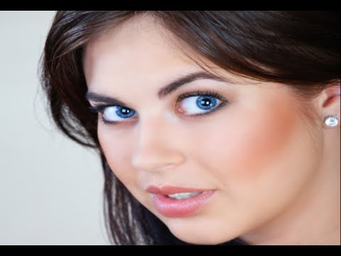 How to Apply Eye Makeup for Blue Eyes and Brown Hair