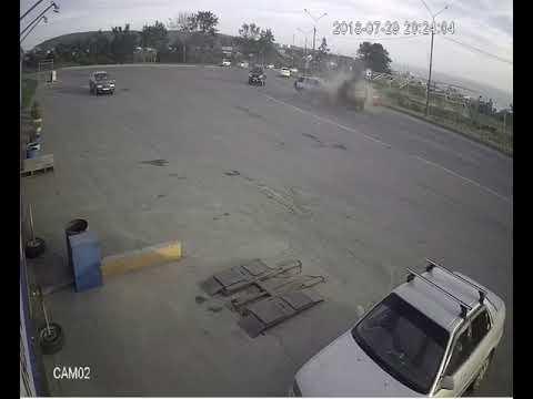 Лобовое столкновение мини-грузовика и кроссовера в Корсакове