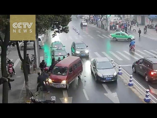 المارة ينقذون امرأة بعدما دهست تحت عجلات سيارة