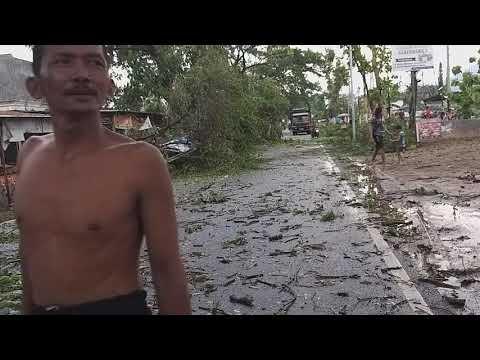 Kondisi jalan ponorogo-pacitan ditutup total setelah terjadi hujan angin lebat