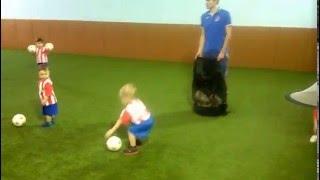 Дети играют в футбол. Карапузы и спорт. Детский футбол тренировка