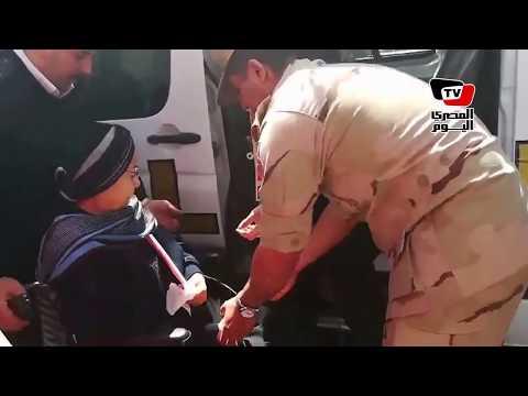 مسنة تستخدم خدمة توصيل كبار السن وذوي الاحتياجات للتصويت بمصر الجديدة
