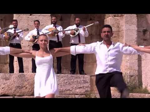 Die Jolige Kannabus breek weg na 'n Griekse eiland vir die dag