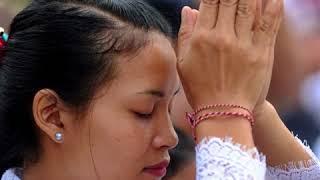 À Bali, malgré le danger du volcan, ils continuent de prier