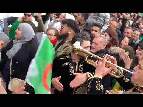 لحمك يتشوك النشيد الوطني يدوي في ساحة الجمهورية في باريس والة الطرومبات دايرة حالة