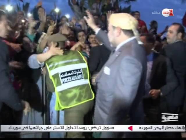 الملك محمد السادس يبادل جماهير غفيرة من ساكنة العيون التحية ويتفاعل مع استقبالهم التاريخي