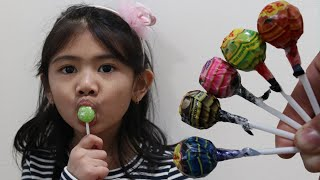 Toddler Learn Colors with Chupa Chups Lollipops