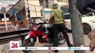 Cò mồi lừa đảo trước cổng bệnh viện tai mũi họng trung ương | VTV24