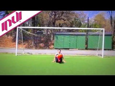 כדורגלנית צעירה במגוון פעלולי פריסטייל