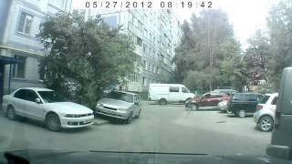 Смотреть онлайн Нелепое поведение автоледи во дворе дома