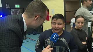 Rico Verhoeven geeft sportles aan kinderen: 'Hij is heel groot!'
