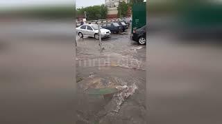 Непогода в Украине: в Хмельницком «утонул» рынок, в Мариуполе затопило дороги