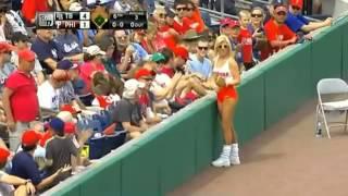 Смотреть онлайн Блондинка поймала мяч на бейсболе
