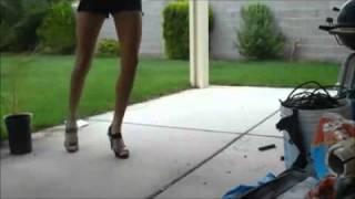 Смотреть онлайн Девушка танцует энергичный шаффл (shuffle)