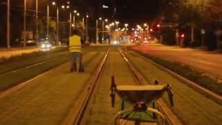Így nyiratja a BKK a füvet a Vörösvári úton - éjjel!