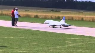 Крушение огромной модели самолета