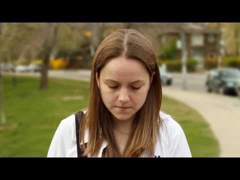Dziewczyna pokazuje podekscytowany łechtaczkę