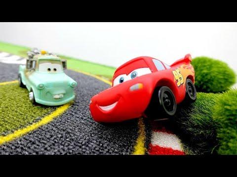 Şimşek McQueen yarışı. Arabalar çizgi filmi