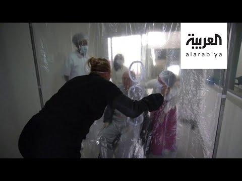 العرب اليوم - شاهد: فيديو مؤثر لعناقات من خلف الستارة بين برازيلية وابنتها