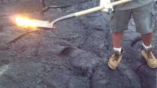 preview picture of video 'Shoveling Lava (Big Island, Hawaii)'