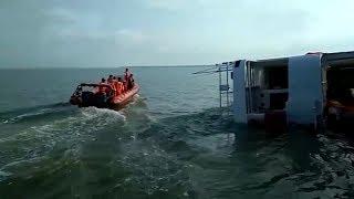 Evakuasi Penumpang dan ABK Kapal Kahyong yang Kandas di Pulau Gosong