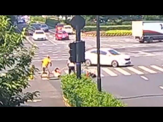 امرأة تقود دراجة تتعرض لحادث فتسقط في غرفة صرف صحي