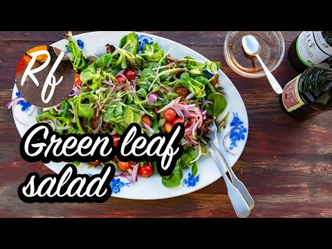 How to make a green leaf salad with vinaigrette, tomatoes and red onion.  >