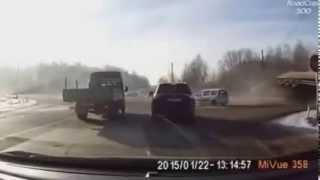 Смотреть онлайн Подборка аварий: Грузовики переворачиваются на бок