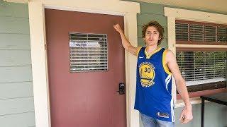 外国人敲陌生人门想去他家里看NBA决赛
