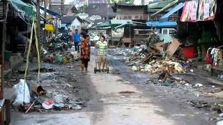 preview picture of video 'After the Flood in Phunphin, Surat Thani - cleaning out 1 - 08.04.2011'