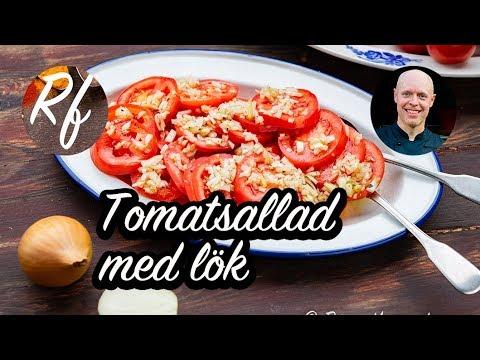 Tomatsallad med mogna goda tomater, gul lök eller rödlök, olivolja, salt och svartpeppar samt vinäger - gott och enkelt att laga.>