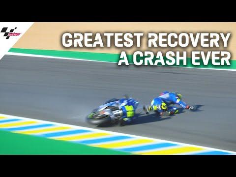クラッシュ転倒して放り出されたジョアンミル。そのままの勢いで立ち上がってしまう身体能力の高さを披露。MotoGP フランスGP
