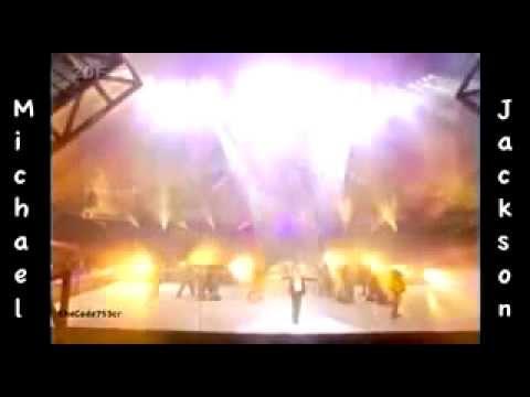 Майкл упал с моста во время исполнения Песни Земли