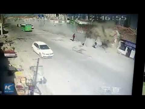 حادثة مرعبة لشاحنة تسير بسرعة جنونية