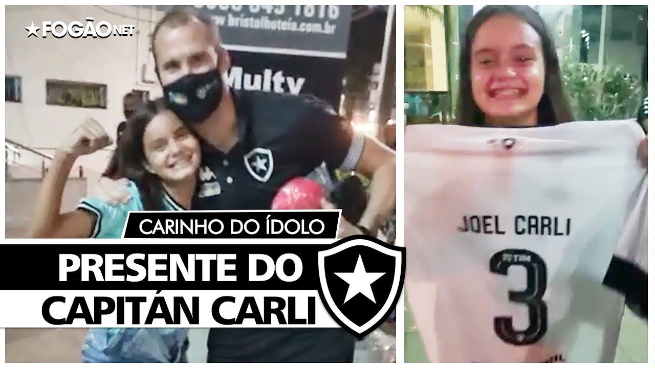 Torcedora do Botafogo ganha camisa com 'suor sagrado' de Carli em Belém e se emociona: 'Inesquecível na minha vida' 🤩🎁