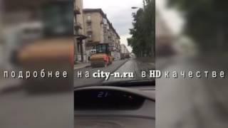 Смотрим, как в Новокузнецке кладут новый асфальт в лужи