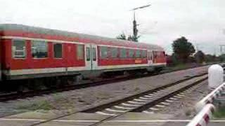 preview picture of video 'Regional Express 4282 pass a crossing in Munich Feldmoching'