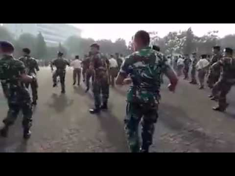 FUNNY SOLDIER I Indonesian Soldiers In Gemu Fa Mi Re Dancing