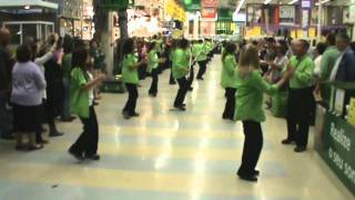 "Flash Mob Leroy Merlin Almada ""Vem Dançar Kuduro"""