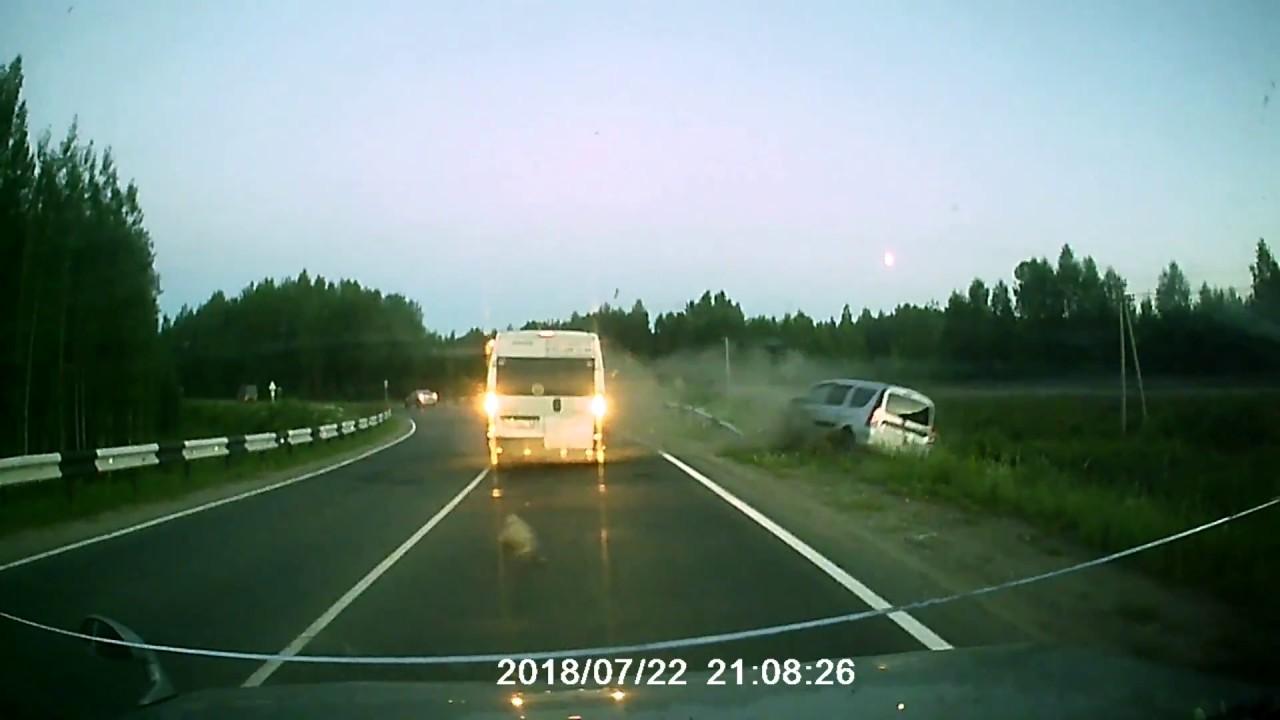 Не вписался в поворот и врезался во встречный автомобиль водитель LADA Largus