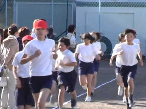 スローで撮影された、小学生の校内マラソン大会